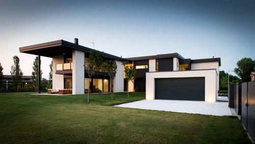 Casa con porta sezionale antracite